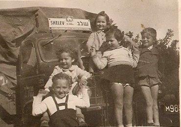 אירית, מרגלית, רוני, נירה ואריק על משאית שלב של קריסקה