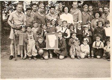 ילדי הגן העניקו ליחידת המשמר בבית ברל, שי לחיל לקראת פסח 1948