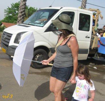 גם המטריה לא עוזרת במלחמת המים