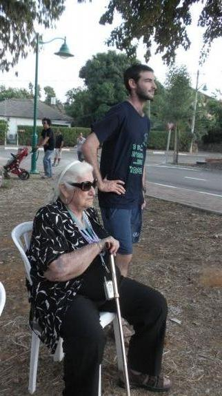 סבתא יוכבד עם הנכד ניב