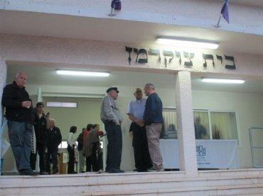 בכניסה לבית העם על שם צוקרמן בכנס 80 להתישבות האלף