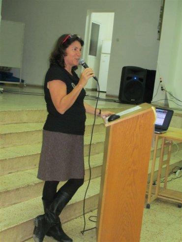 טל בן נון מנהלת מחוז המרכז של המועצה לשימור אתרים-המנחה את הכנס