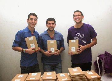 בני הנוער החמודים שעזרו בחלוקת הספרים