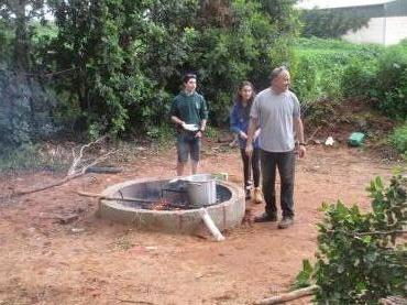 ניר לרנר עם בני הנוער קוששו עצים והכינו את האש להכנת הפיתות והתה