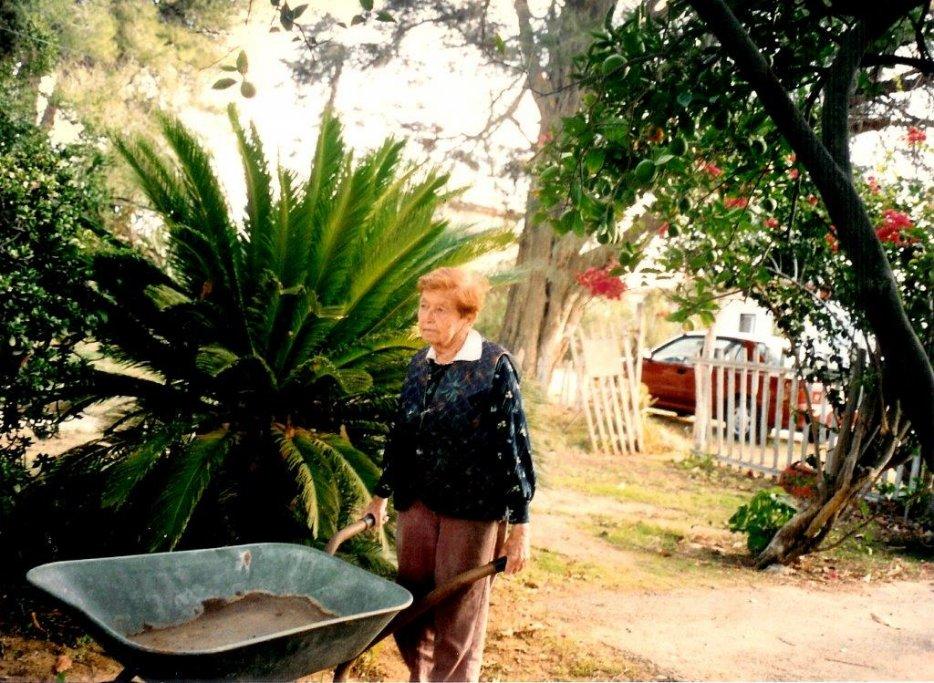 זהבה אהרוני בחצר הבית. צילום: יעל ברק