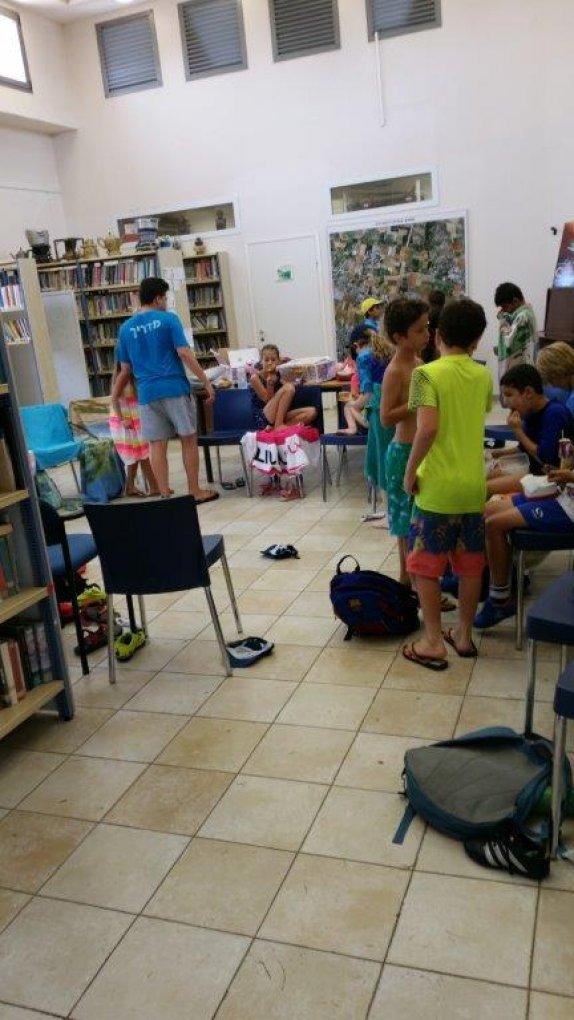 הספריה משמשת גם להתכנסות ומנוחה וכמובן לארוחת עשר