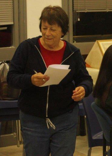 ציפי לזר רושמת את המתנדבים לשתף בסיפורים על גניבות