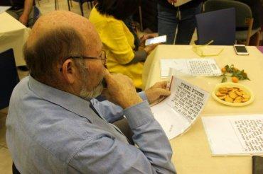 משה לזר קורא בקטעי עיתונות המדווחים על גניבות