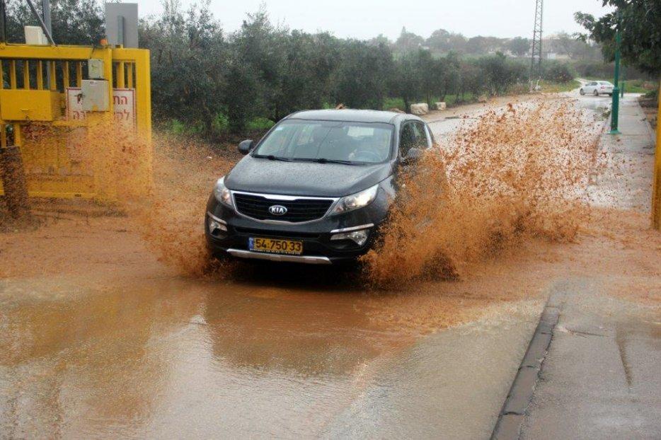 מכונית בשער המזרחי. צילום:יגאל שרגיאן
