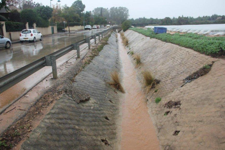 המים שופים בתעלה. צילום יגאל שרגיאן