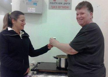 דורית אברמסון מחלקת את המרק שבישלה ציפי. ילום: ציפי לזר