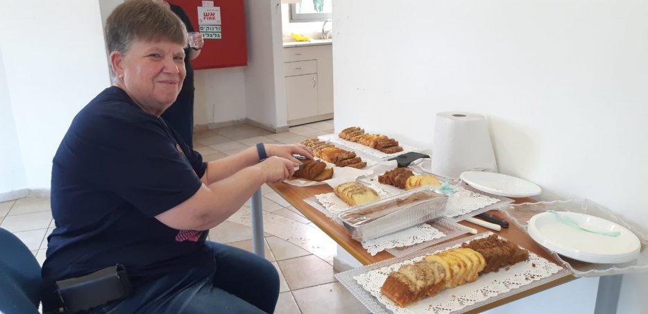 דורית אברמסון פורסת עוגות