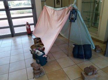 אהל סיירים ואביזרים נלווים נבנה לתצוגה על ידי עמי לזר